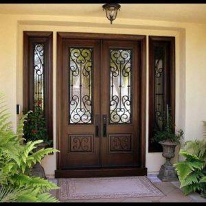 Дверь с витражом и резным декором