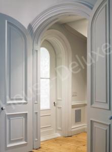 Белая арочная дверь