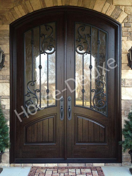 Входная арочная дверь с кованым декором